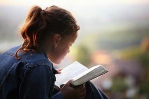 girl-reading-bible